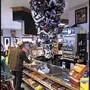 Albero di Natale al contrario in un negozio