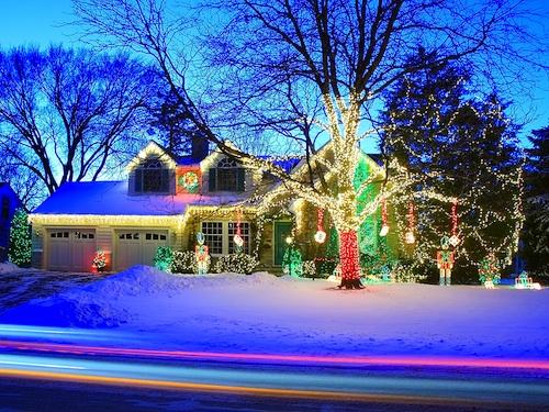 Luci e decorazioni natalizie per illuminare l esterno casa