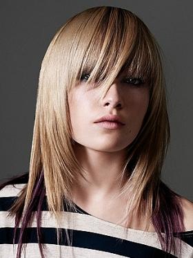 Tagli di capelli scalati con frangia asimmetrica