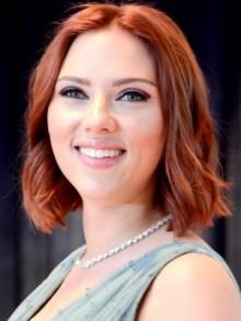 Scarlett Johansson con capelli di colore rosso