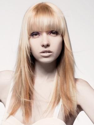 Tagli capelli lunghi scalati lisci con frangia