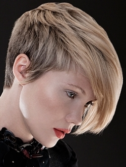 Taglio capelli asimmetrico viso tondo