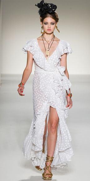 Abito bianco con spacco Moschino sfilata di Milano per estate 2012