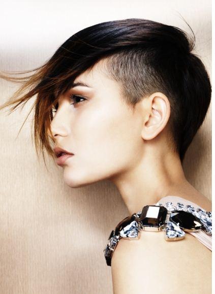 Taglio di capelli rasati da un lato