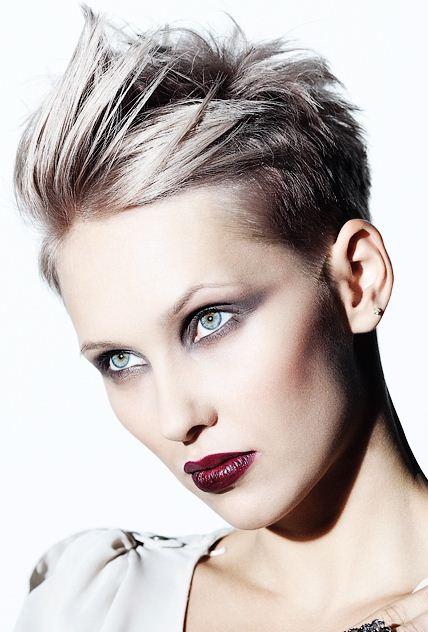 Tagli capelli molto corti femminili