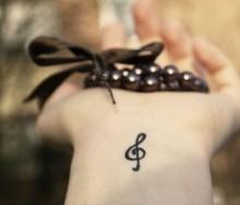 Piccolo tatuaggio chiave di violino interno polso