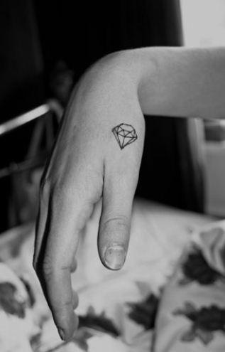 Piccolo tatuaggio diamante sulla mano