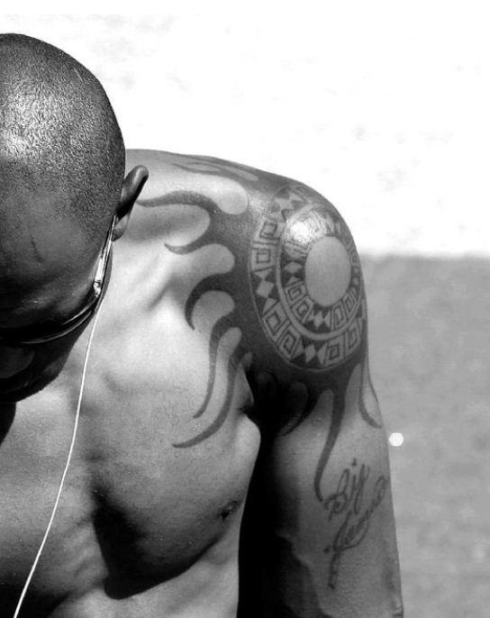 Tatuaggio sole su spalla e braccio the house of blog for Immagini tatuaggi spalla
