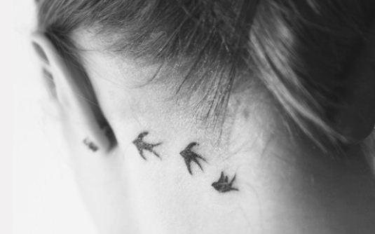 Foto-tatuaggio-tre-rondini-sul-collo.jpg