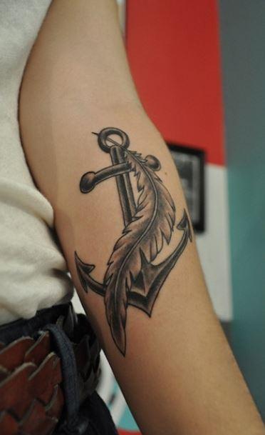 Foto tatuaggio ancora con piuma interno braccio