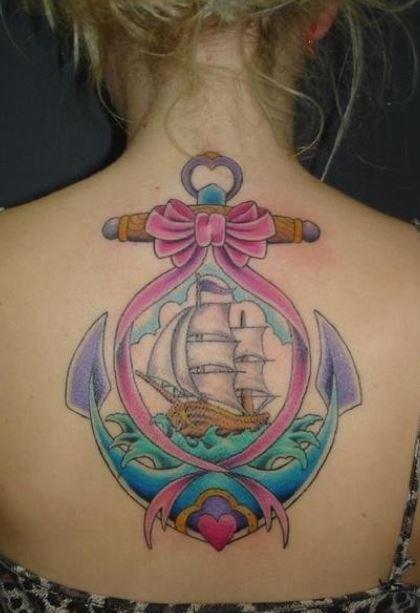 Grande tatuaggio sulla schiena di una ancora con fiocco e vascello