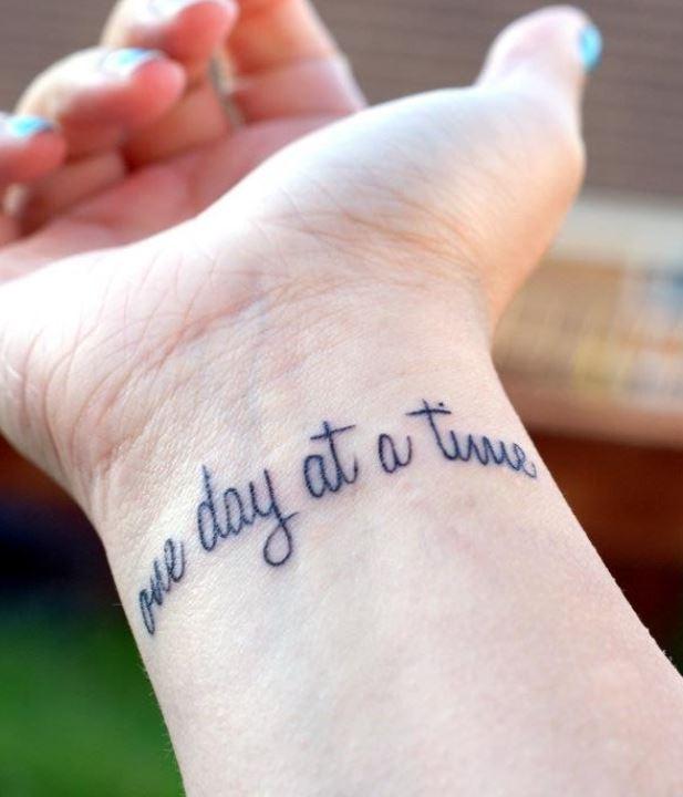 corta frase in inglese da tatuare interno polso the
