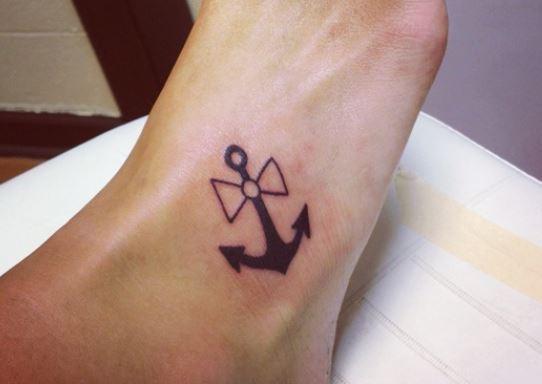 Immagini tatuaggi sul piede sul piede consigli e for Tatuaggi fiori sul piede