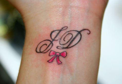Tatuaggio fiocco con lettere iniziali the house of blog for Idee tatuaggi lettere
