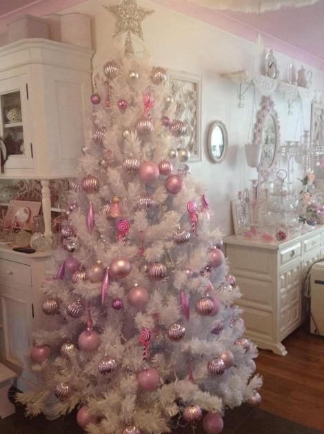 Albero di Natale 2013 bianco con palline rosa Albero di Natale 2013 bianco con palline rosa 470x629 - Colori Albero di Natale 2013: Tendenze