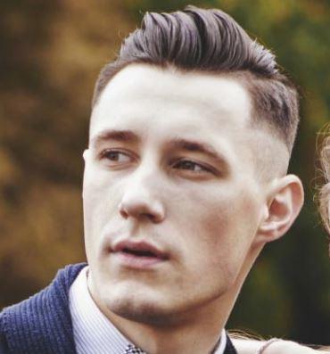 Taglio capelli corti uomo con riga laterale