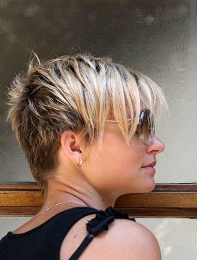 Taglio capelli corti dietro con ciuffo lungo estivo
