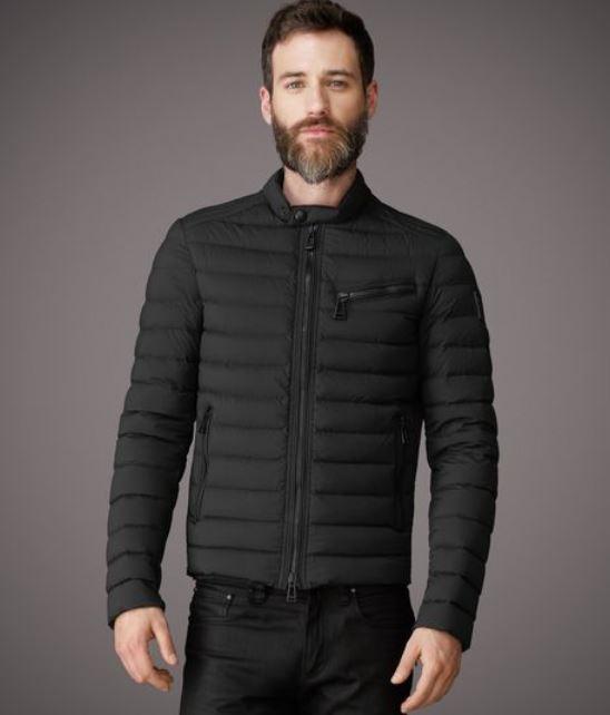 Parka, giubbotti, caban scopra online la collezione di giacche da uomo proposta da Dior. Questi abiti eleganti e di grande qualità completeranno con eleganza tutte le sue mise, eleganti o casual.
