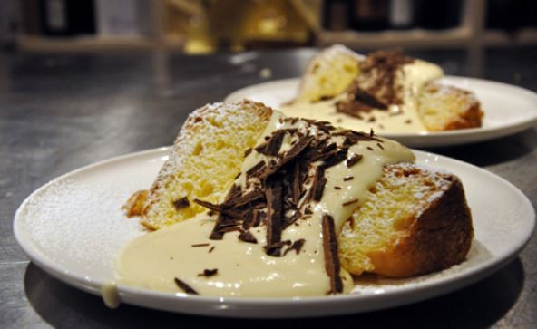 Fetta pandoro guarnita con crema al mascarpone e scaglie di cioccolato