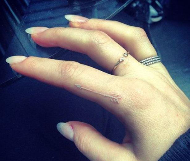 piccolo tatuaggio bianco sul dito   the house of blog