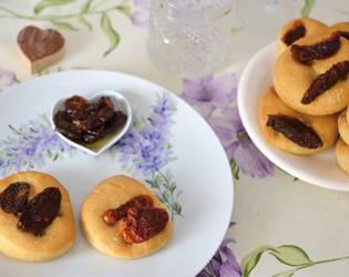 focaccine con pomodorini secchi focaccine con pomodorini secchi - Antipasti per il menù di Pasqua