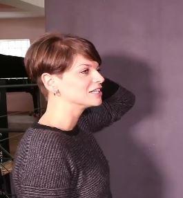 Nuovo Taglio capelli corti Alessandra Amoroso visto di profilo