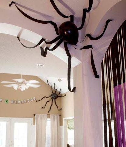 Ragni giganteschi con palloncini per Halloween