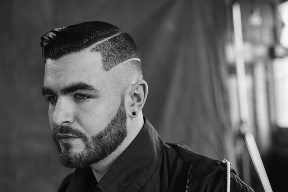 Taglio capelli uomo rasato ai lati con righe e barba Moda ...