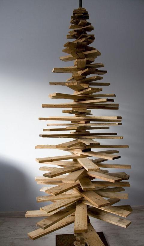 Albero di natale riciclato con bancali di legno the for Alberi di natale fai da te in legno