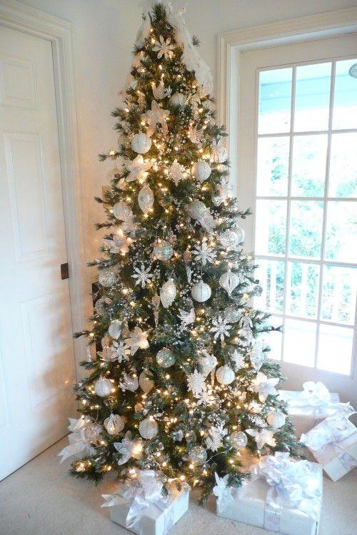 Albero di natale verde con decorazioni bianche the house of blog - Decorazioni bianche ...