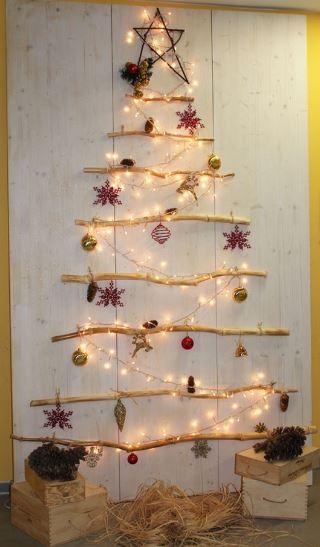 Decorazione natalizia ad albero di natale con rametti di for Albero di natale di legno