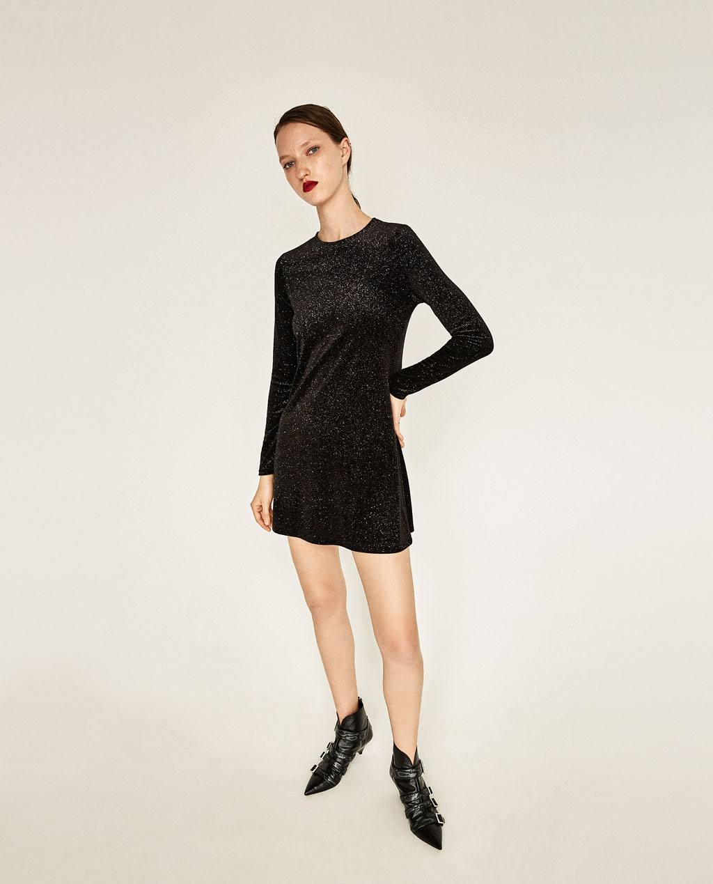 be095a358e0a Vestito a maniche lunghe in velluto con brillantini Zara Capodanno 2017  prezzo 29 95 euro ...