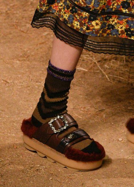Ciabatte Pelose moda scarpe autunno inverno 2017 2018 Ciabatte Pelose moda scarpe autunno inverno 2017 2018 470x655 - 15 Tendenze Moda SCARPE e STIVALI Inverno 2017 2018