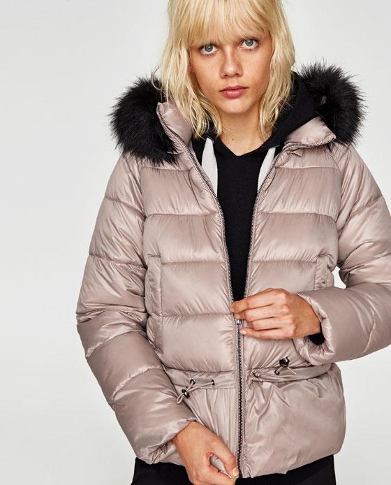 Piumino corto Zara con cappuccio bordato di ecopelliccia removibile prezzo 59 95 euro