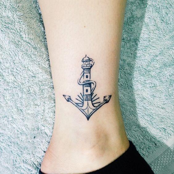 Piccolo Tatuaggio sulla caviglia di un faro con ancora