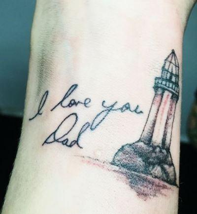 Tatuaggio piccolo faro con dedica