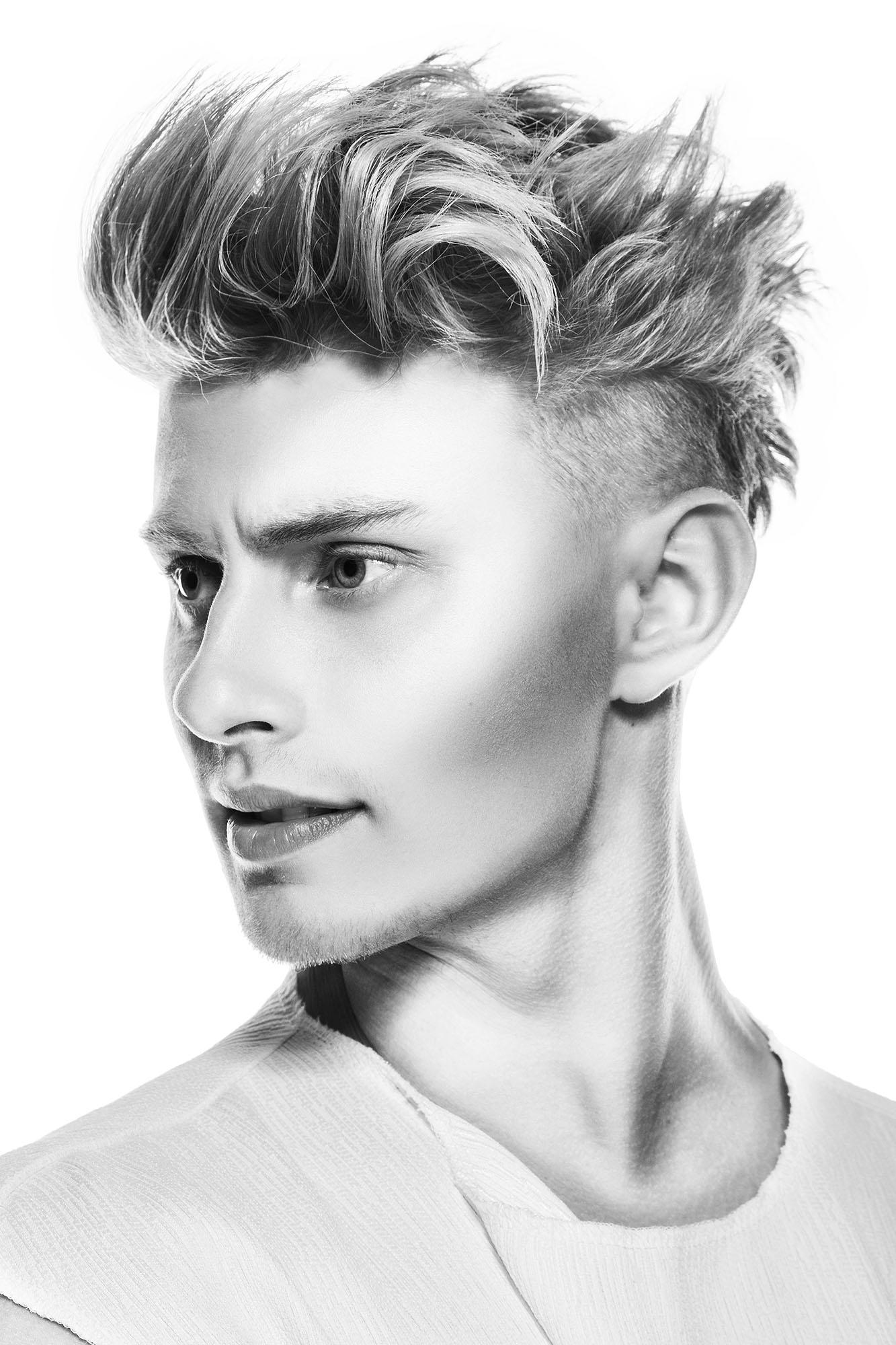 Foto taglio capelli uomo rasato ai lati e lunghi sopra 2018