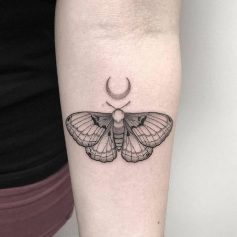Piccolo tatuaggio falena sul braccio con la luna Piccolo tatuaggio falena sul braccio con la luna 470x470 - Tatuaggio Falena: Significato e Foto