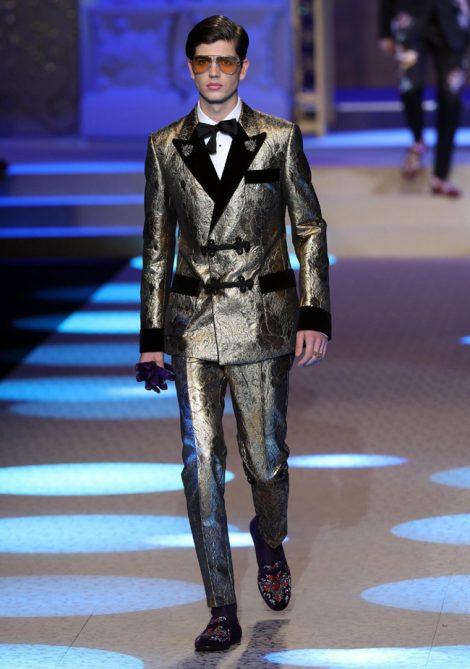 Abito da sera toni metallici uomo moda inverno 2018 2019 470x669 - 15 Tendenze Moda Uomo Abbigliamento Inverno 2018 2019