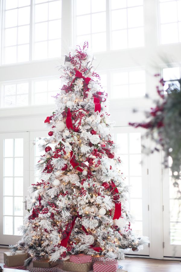Albero di Natale 2018 con decorazioni bianche e rosse