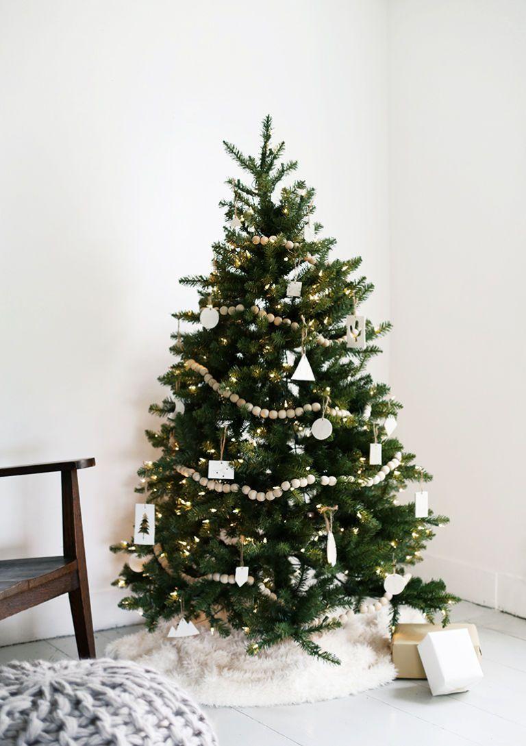 Albero di Natale 2018 minimalista con decorazioni bianche
