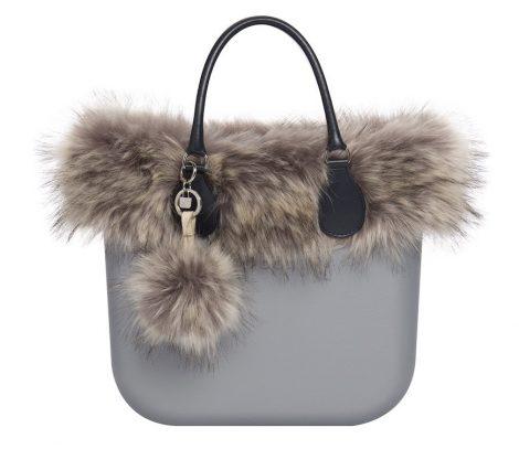Borsa o bag inverno 2020 con bordo e pom pom in ecopelliccia 470x407 - Anteprima Borse O bag inverno 2019 2020