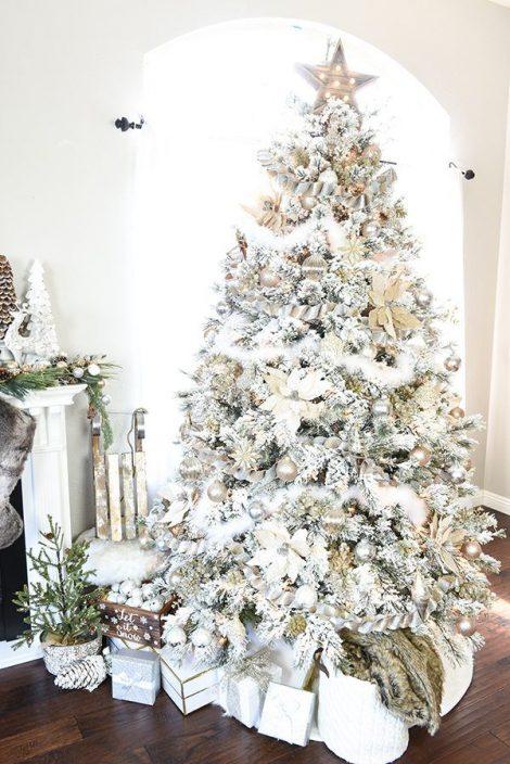 Albero di Natale 2019 bianco innevato con decorazioni oro e argento 470x704 - Colori Alberi di Natale 2019