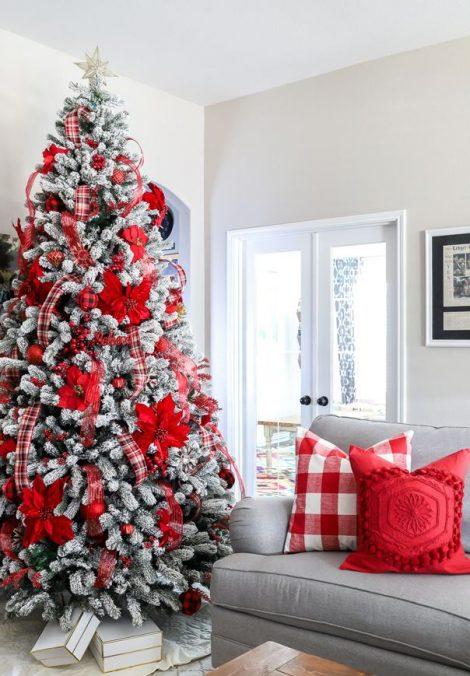 Albero di Natale 2019 con decorazioni bianche e rosso a quadri 470x676 - Colori Alberi di Natale 2019