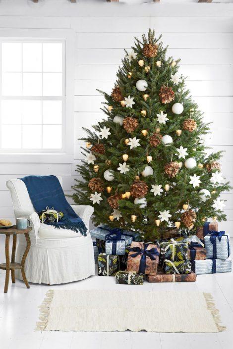 Albero di Natale 2019 con pigne vere 470x705 - Colori Alberi di Natale 2019