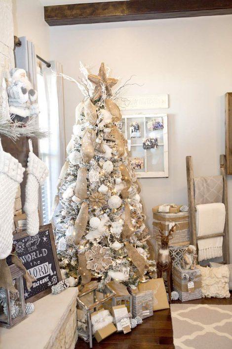 Albero di Natale bianco con decorazioni oro 470x705 - Colori Alberi di Natale 2019