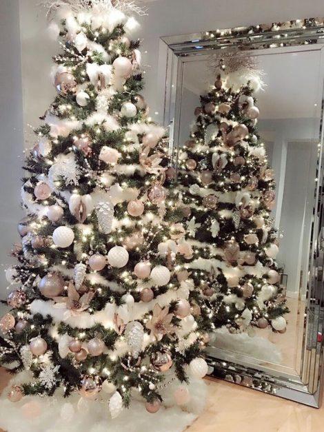 Albero di Natale con decorazioni Rosa 470x627 - Colori Alberi di Natale 2019