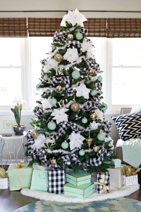 Albero di Natale con decorazioni bianche e verde tiffany o azzurre 470x704 - Colori Alberi di Natale 2019