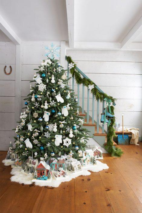 Albero di Natale con decorazioni natalizie e palline bianche e blu 470x705 - Colori Alberi di Natale 2019