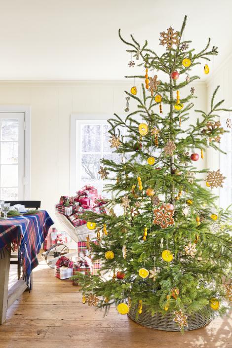Albero di Natale rustico 2019 con limoni essiccati 470x705 - Colori Alberi di Natale 2019